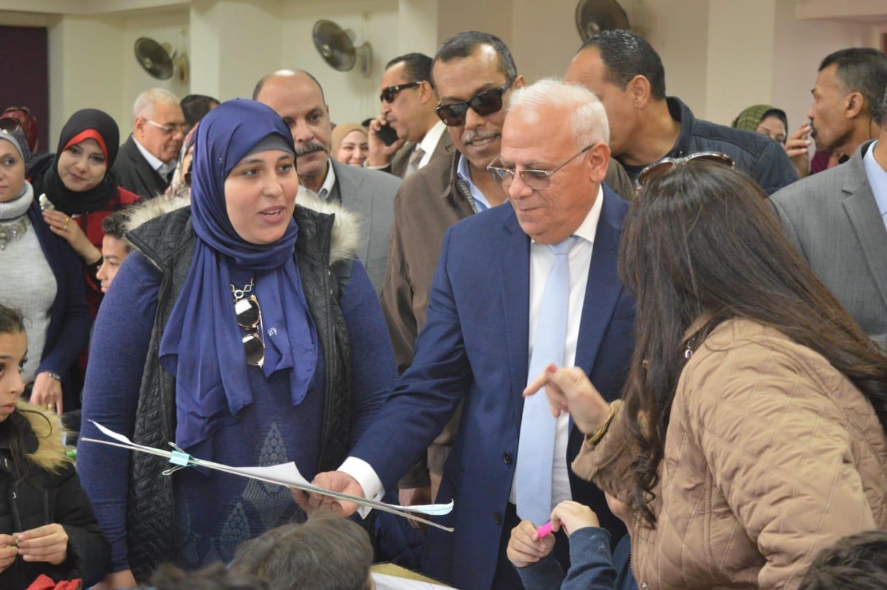 محافظ بورسعيد يتفقد إدارة خدمة المواطنين والمشاركين فى مسابقة بورسعيد فى عيون أبنائها   (6)