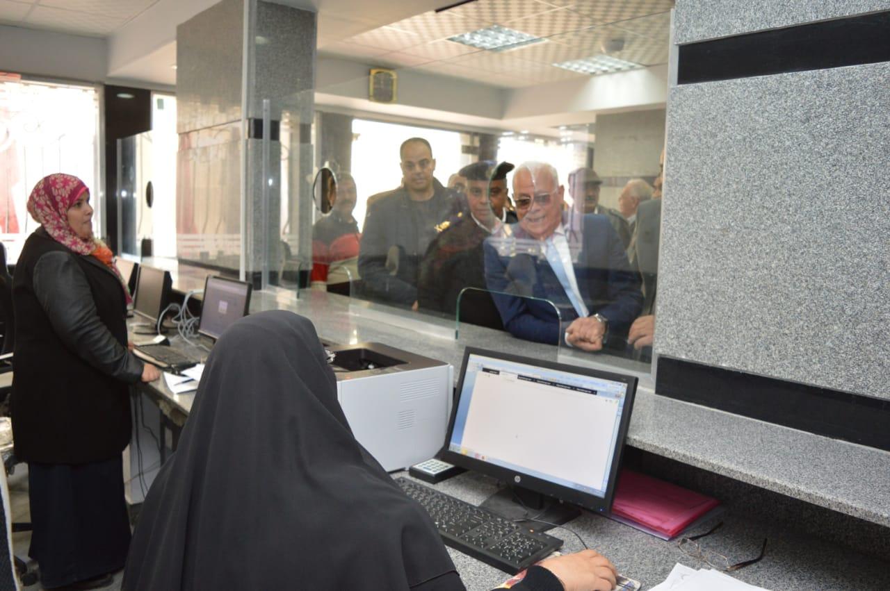 محافظ بورسعيد يتفقد إدارة خدمة المواطنين والمشاركين فى مسابقة بورسعيد فى عيون أبنائها   (9)