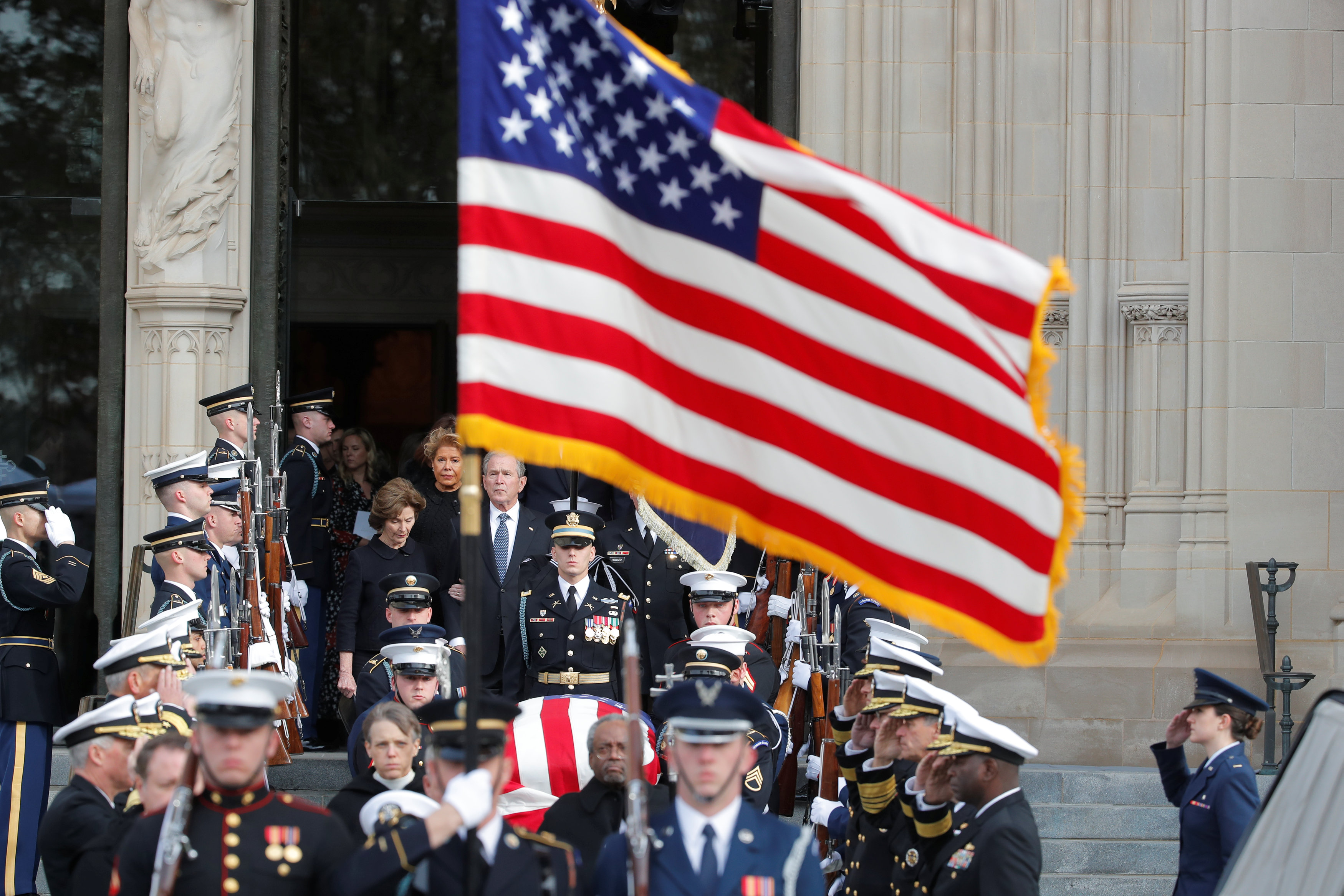 انطلاق مراسم جنازة الرئيس الأمريكى جورج بوش الأب (1)