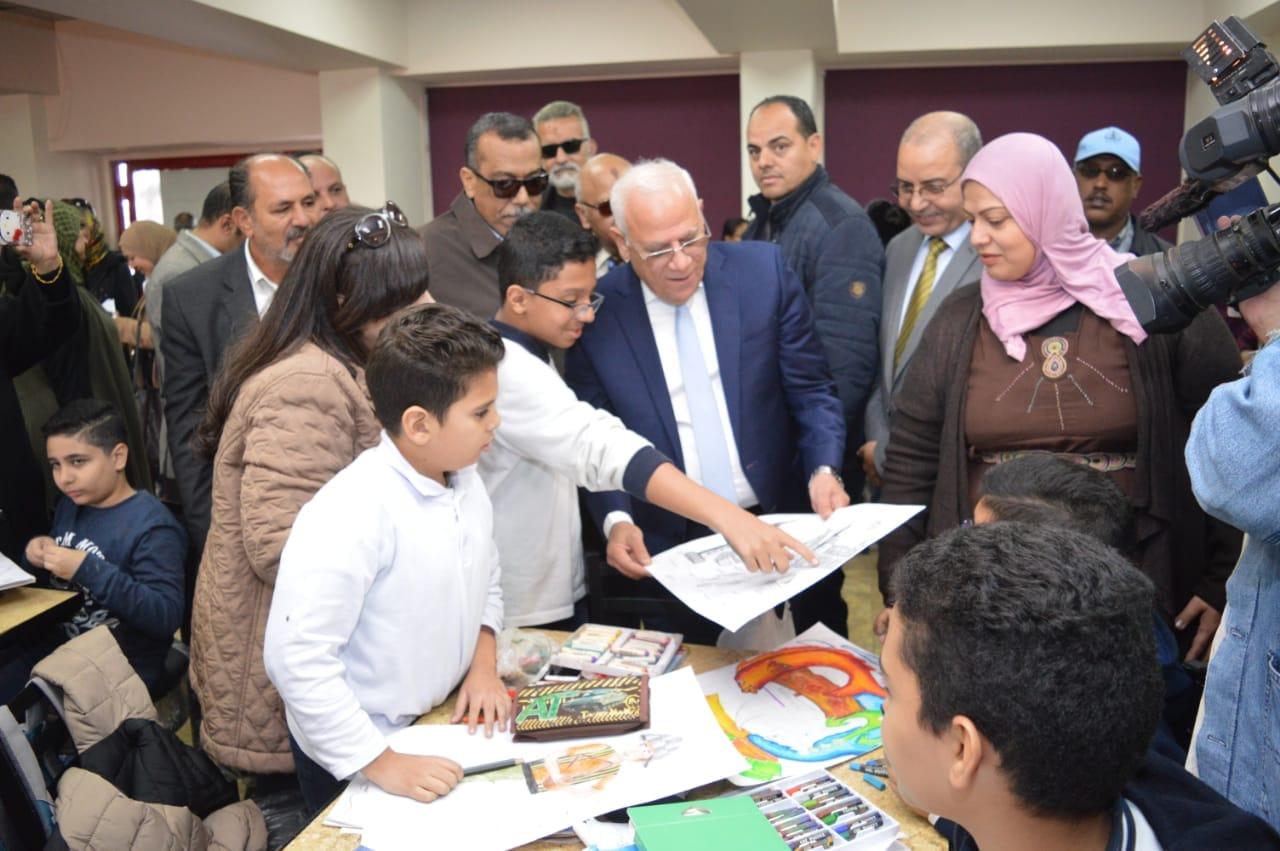 محافظ بورسعيد يتفقد إدارة خدمة المواطنين والمشاركين فى مسابقة بورسعيد فى عيون أبنائها   (1)