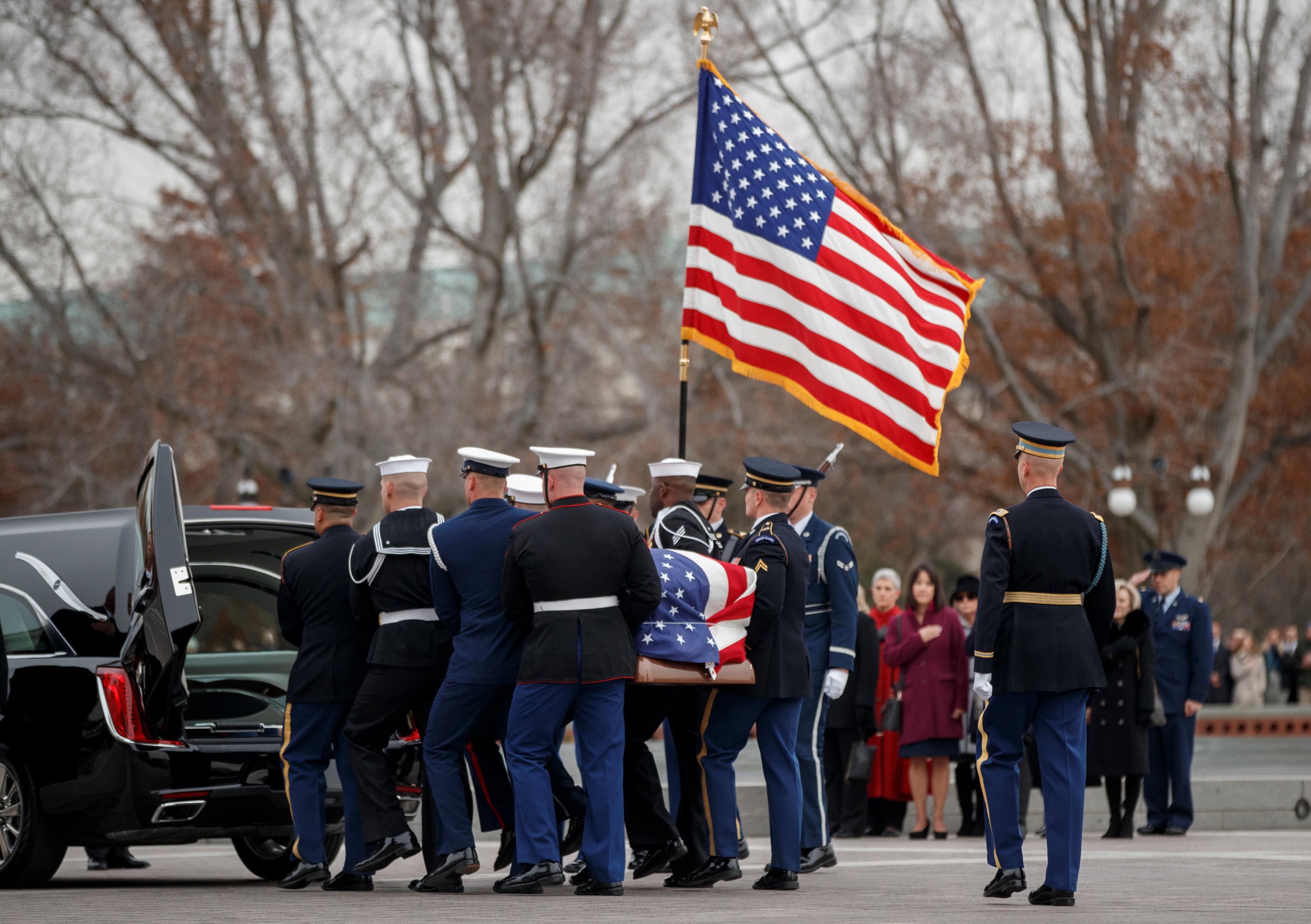 انطلاق مراسم جنازة الرئيس الأمريكى جورج بوش الأب (12)