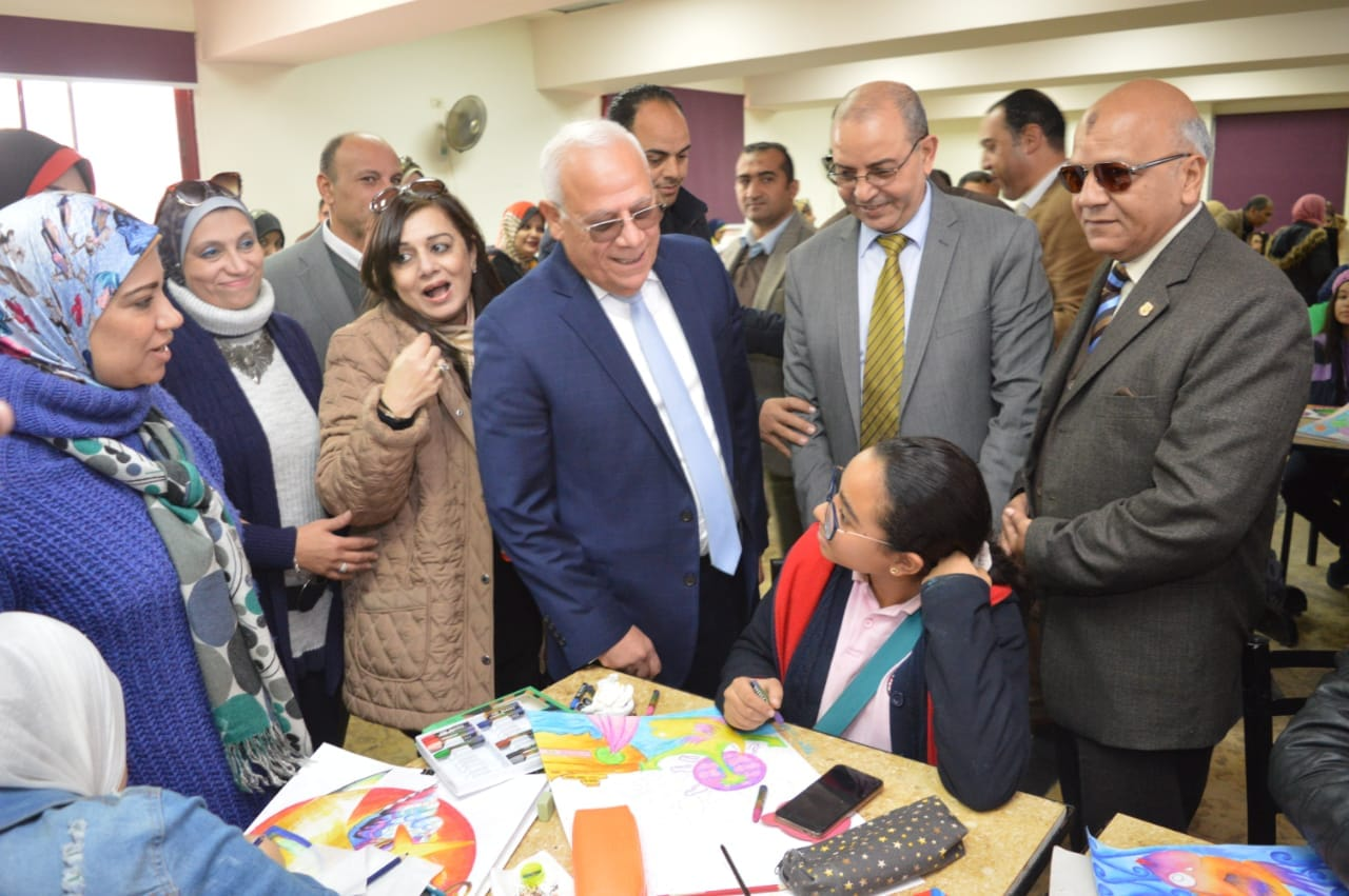 محافظ بورسعيد يتفقد إدارة خدمة المواطنين والمشاركين فى مسابقة بورسعيد فى عيون أبنائها   (4)