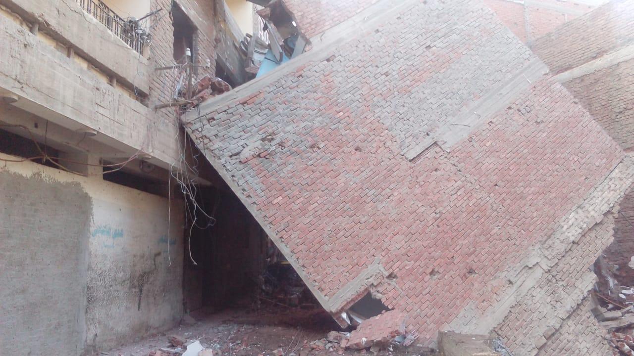إخلاء منازل مهددة بالانهيار (7)