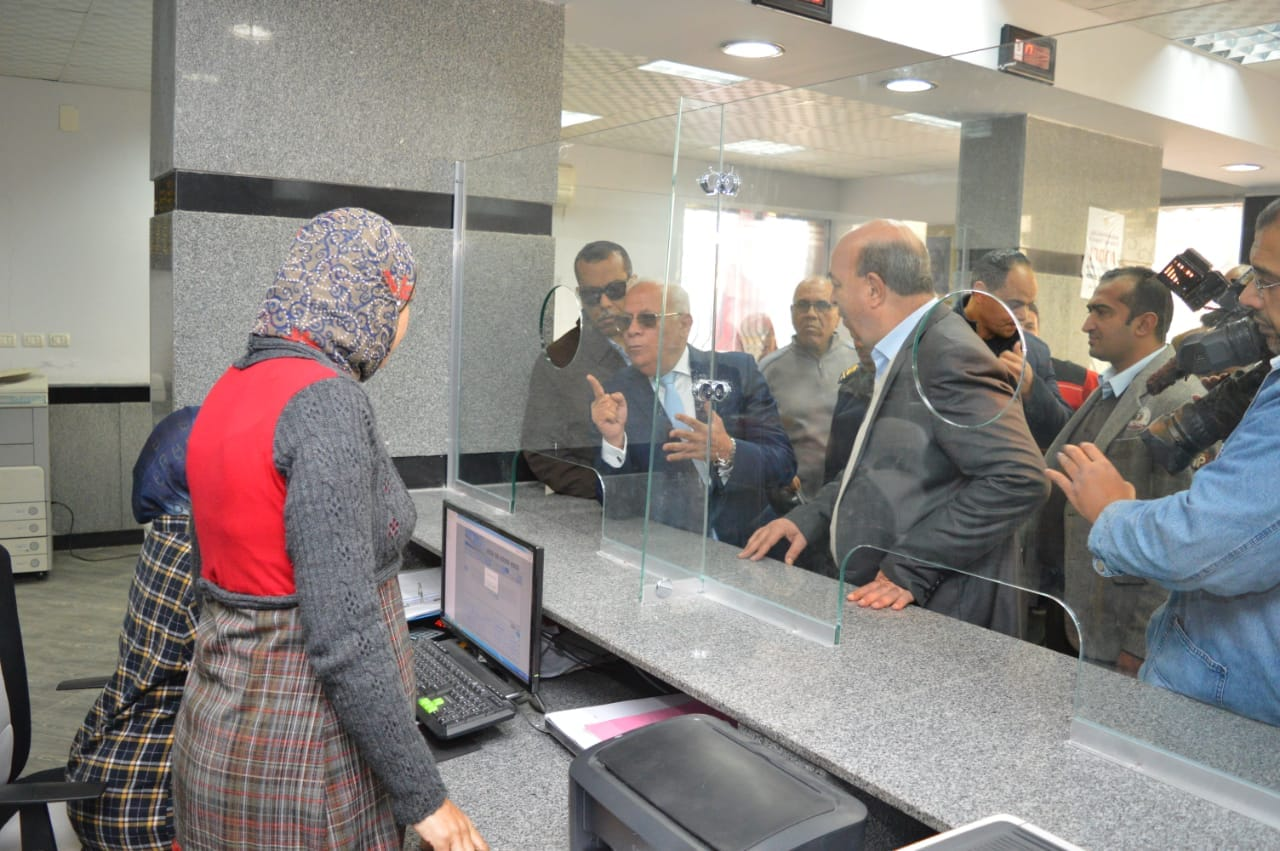 محافظ بورسعيد يتفقد إدارة خدمة المواطنين والمشاركين فى مسابقة بورسعيد فى عيون أبنائها   (7)