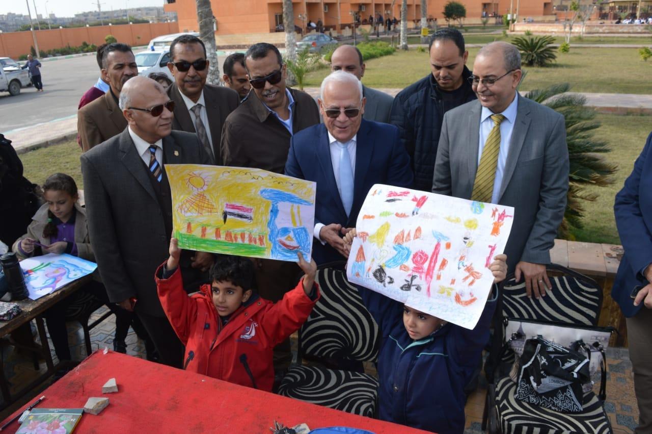 محافظ بورسعيد يتفقد إدارة خدمة المواطنين والمشاركين فى مسابقة بورسعيد فى عيون أبنائها   (11)