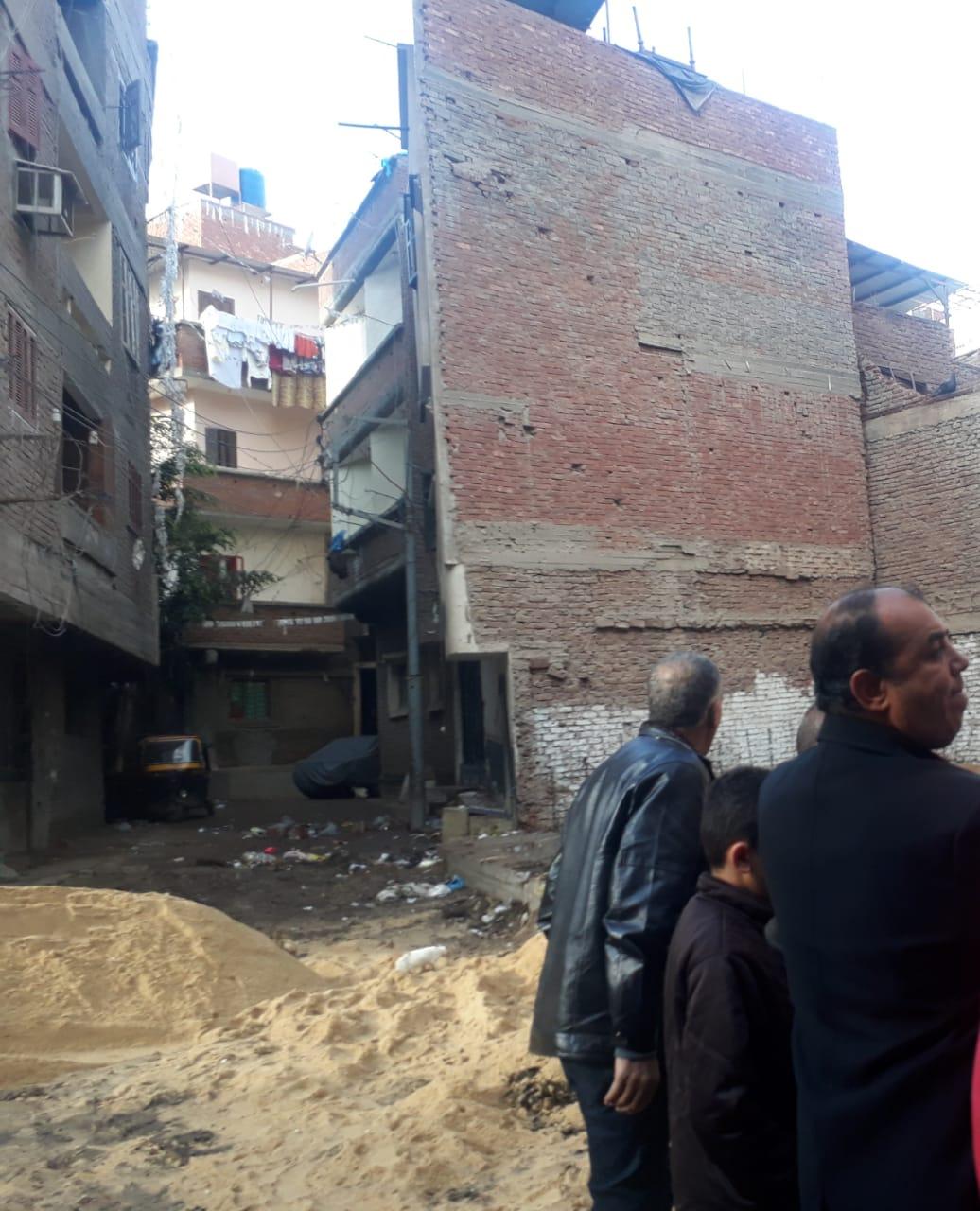 إخلاء منازل مهددة بالانهيار (6)