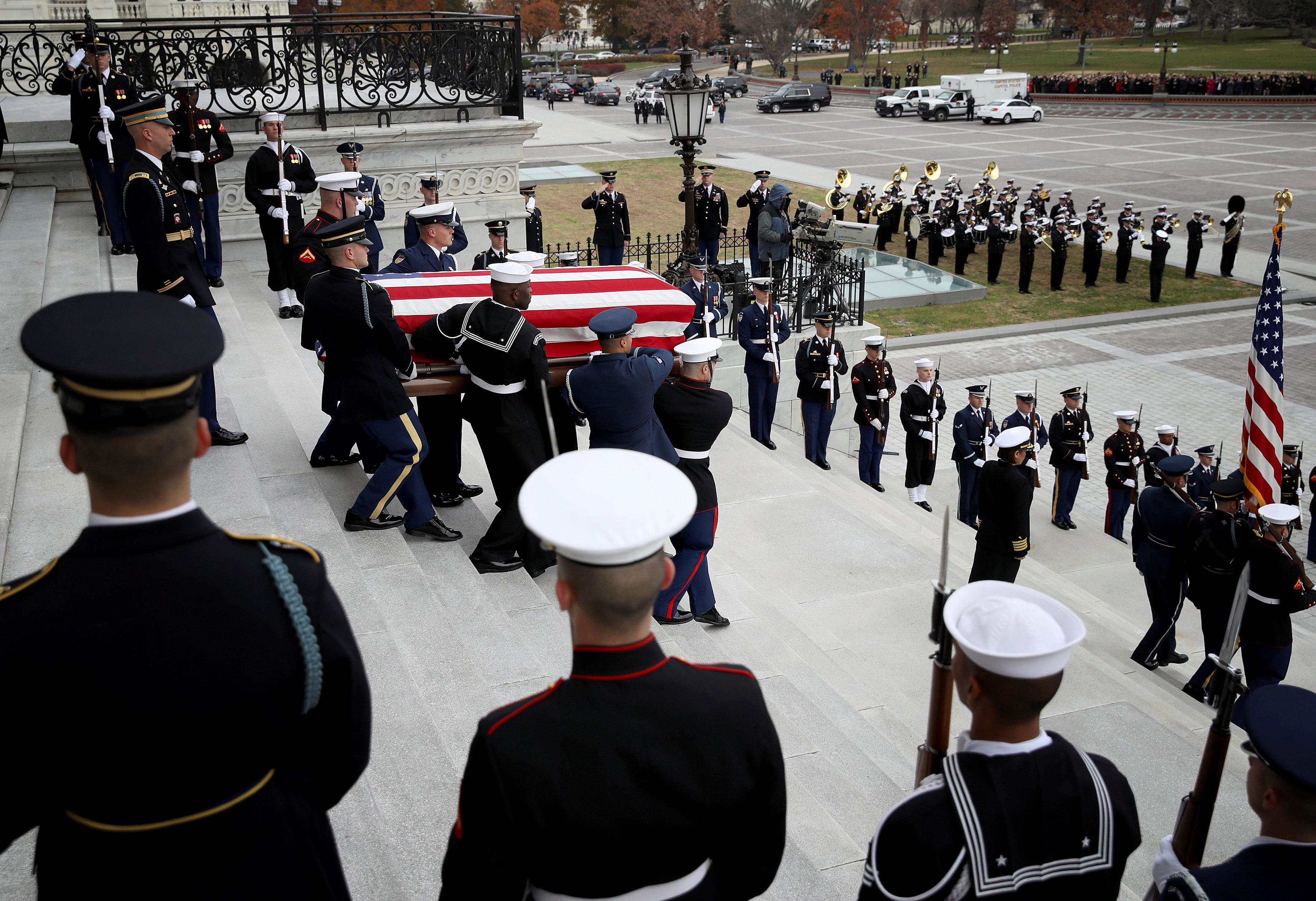 انطلاق مراسم جنازة الرئيس الأمريكى جورج بوش الأب (18)