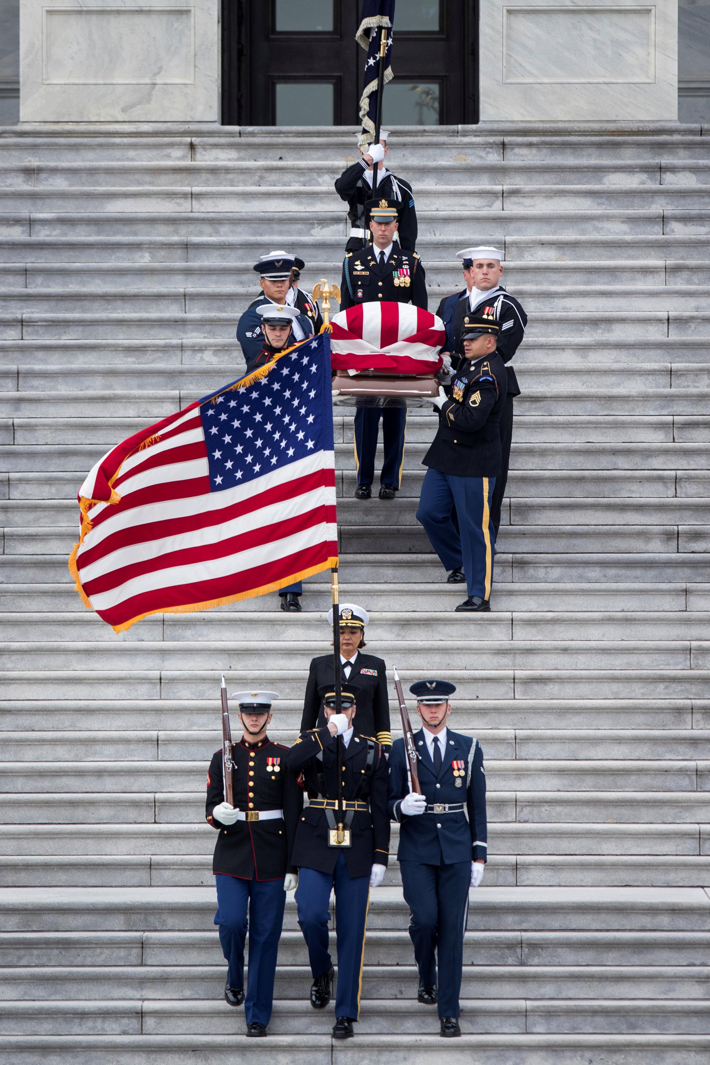 انطلاق مراسم جنازة الرئيس الأمريكى جورج بوش الأب (15)