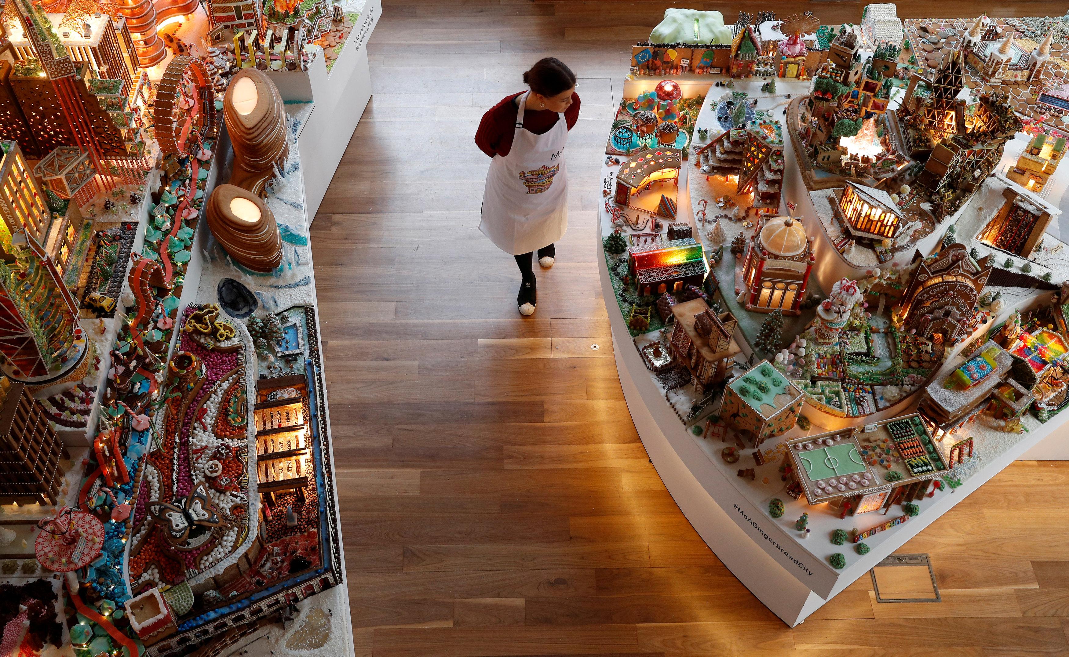أحد مسؤولى المتحف تلقى نظرة على المدينة الخيالية
