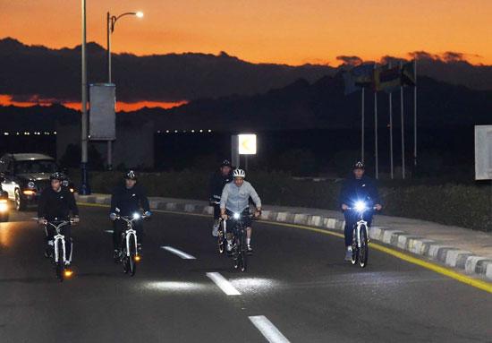 قام الرئيس عبد الفتاح السيسي مساء اليوم بجولة تفقدية بالدراجة الهوائية لمدينة شرم الشيخ (2)