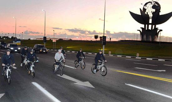 قام الرئيس عبد الفتاح السيسي مساء اليوم بجولة تفقدية بالدراجة الهوائية لمدينة شرم الشيخ (1)