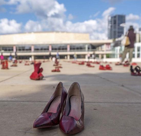 الأحذية-الحمراء--(1)