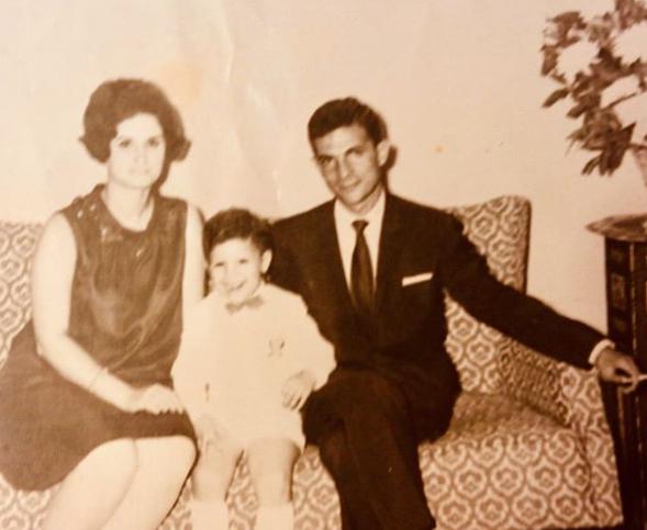 الفنان مع والديه
