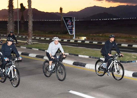قام الرئيس عبد الفتاح السيسي مساء اليوم بجولة تفقدية بالدراجة الهوائية لمدينة شرم الشيخ (7)