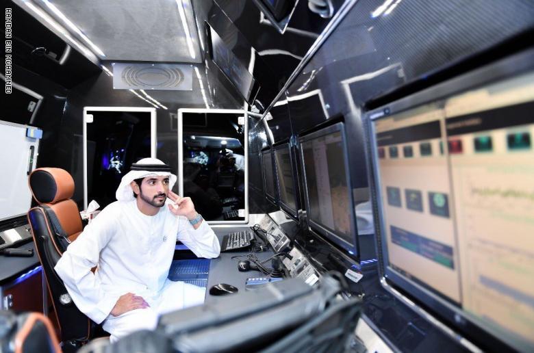 ولى عهد دبى يتفقد وحدات نقل معلقة تربط بين أبراج المدينة