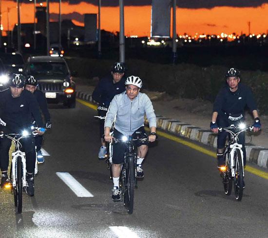 قام الرئيس عبد الفتاح السيسي مساء اليوم بجولة تفقدية بالدراجة الهوائية لمدينة شرم الشيخ (5)