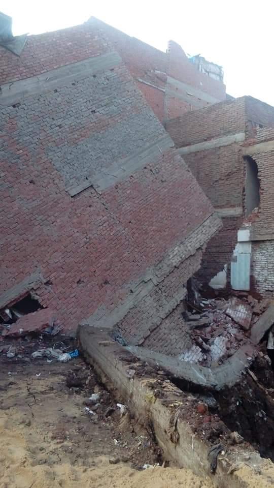 إخلاء منازل مهددة بالانهيار (4)