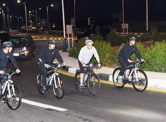 قام الرئيس عبد الفتاح السيسي مساء اليوم بجولة تفقدية بالدراجة الهوائية لمدينة شرم الشيخ (6)