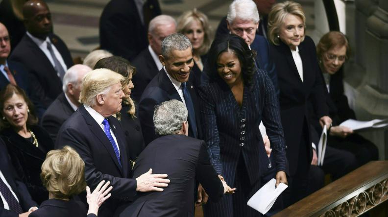 ميشيل أوباما وجورج بوش فى عزاء والده