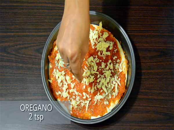طريقة عمل بيتزا الجبن مع البصل والفلفل2