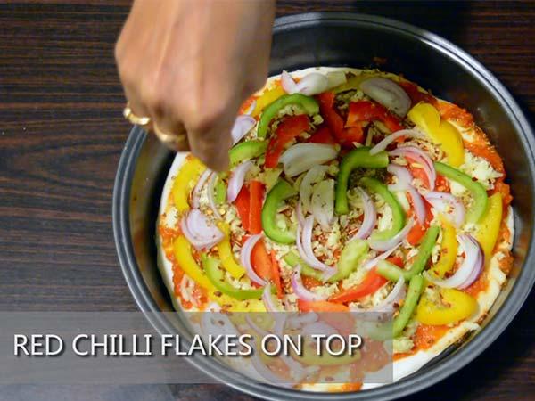 طريقة عمل بيتزا الجبن مع البصل والفلفل3