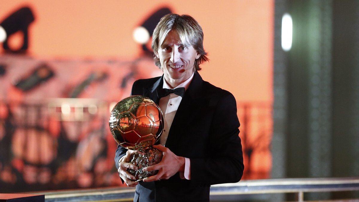 مودريتش يحمل جائزة الكرة الذهبية