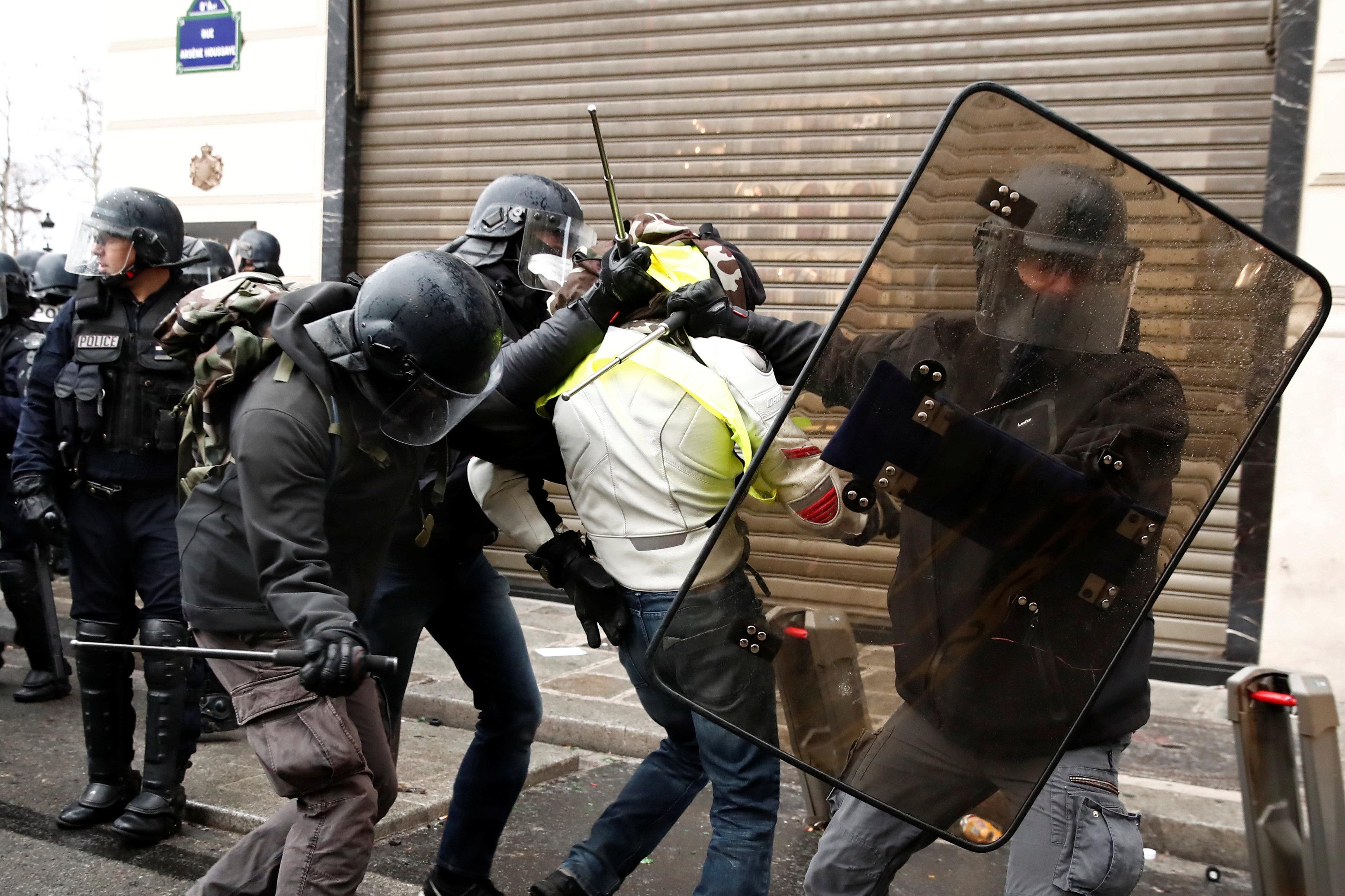 الشرطة الفرنسية تعتقل متظاهرا