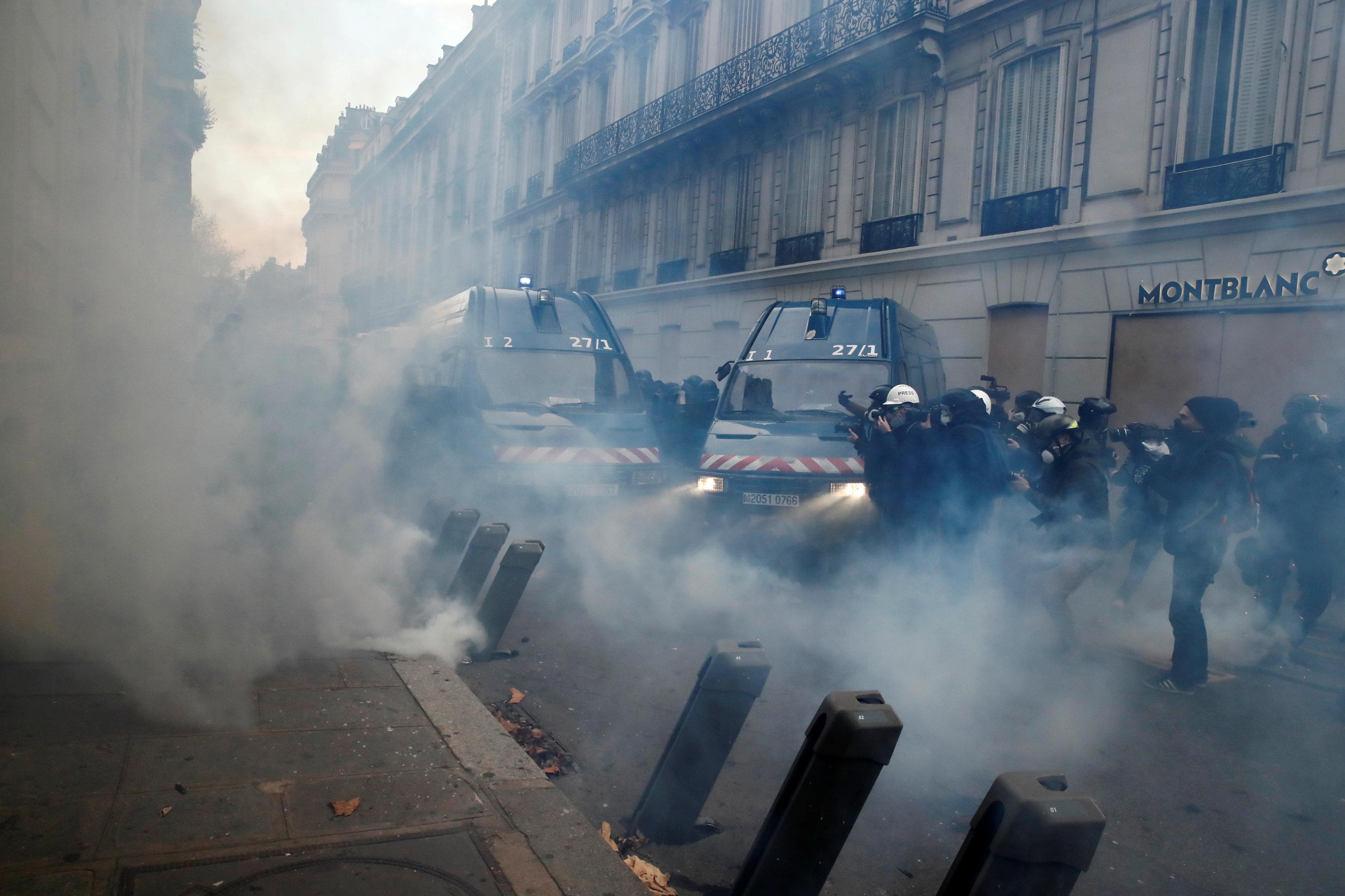 الشرطة الفرنسية تطلق الغاز المسيل للدموع