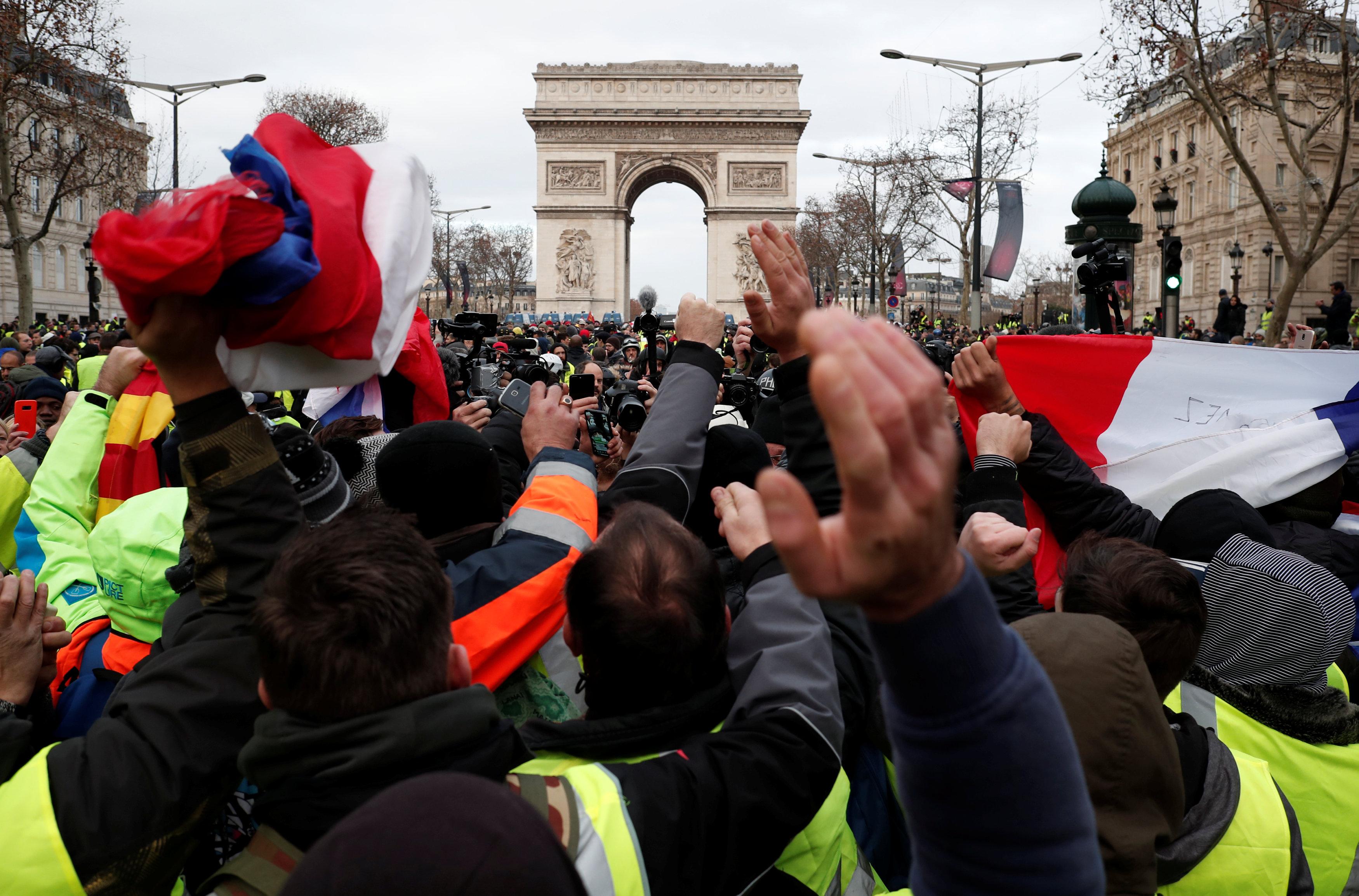 تظاهرات تحت قوس النصر