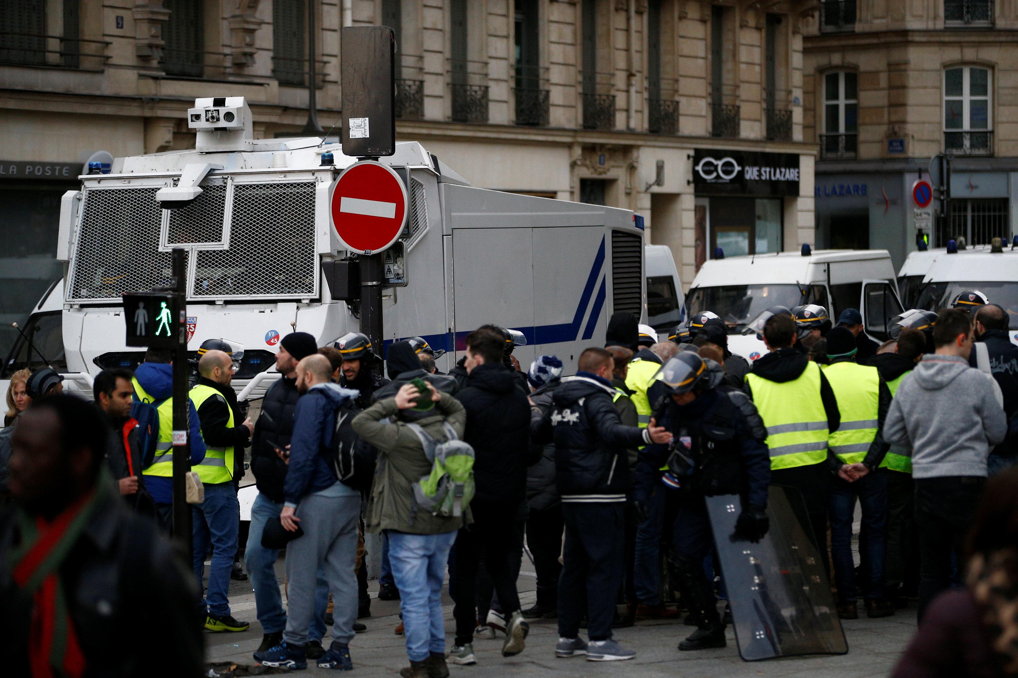 المتظاهرون والشرطة الفرنسية
