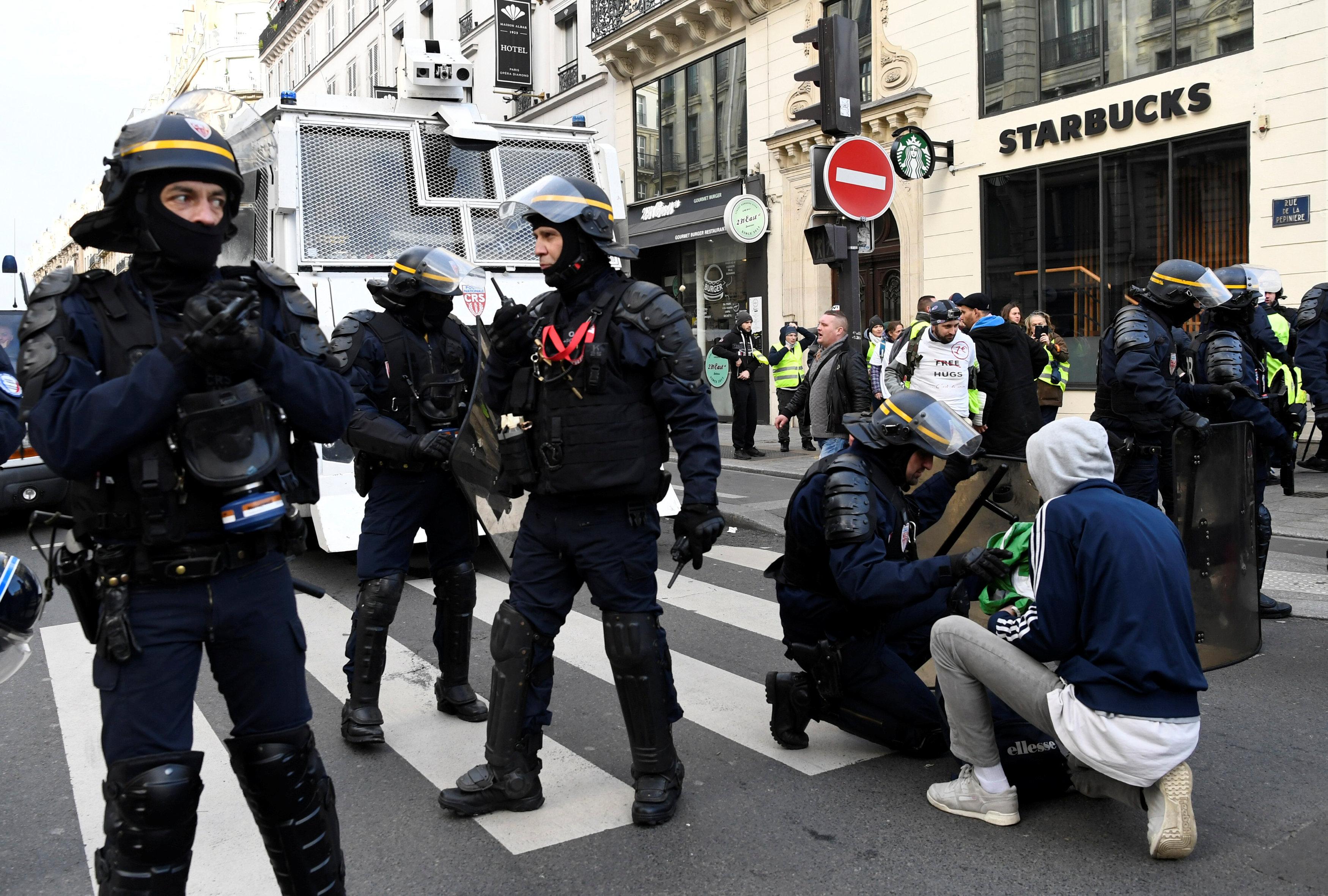 الشرطة الفرنسية تفحص أحد الحقائب