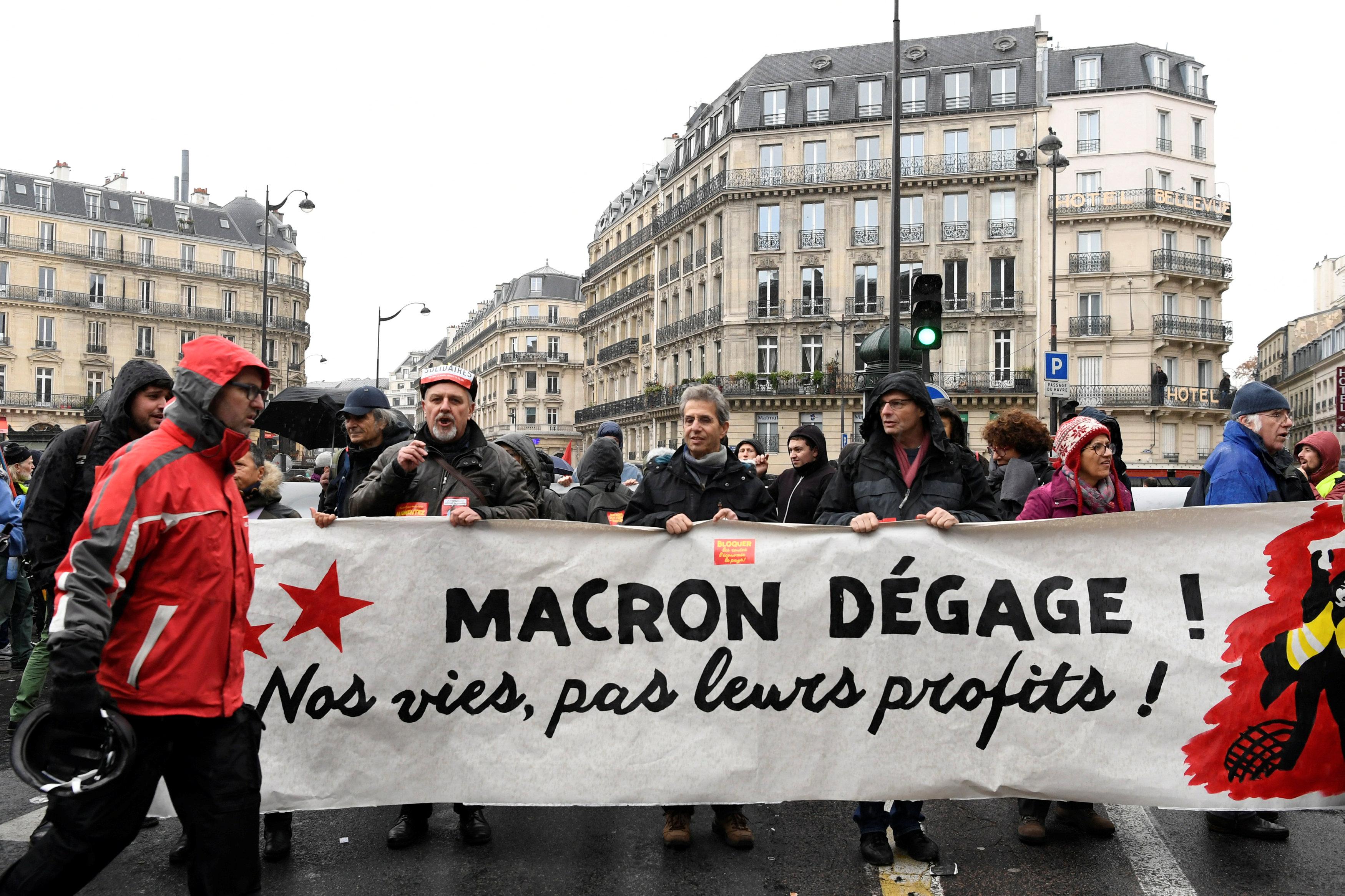 لافتة تطالب برحيل ماكرون