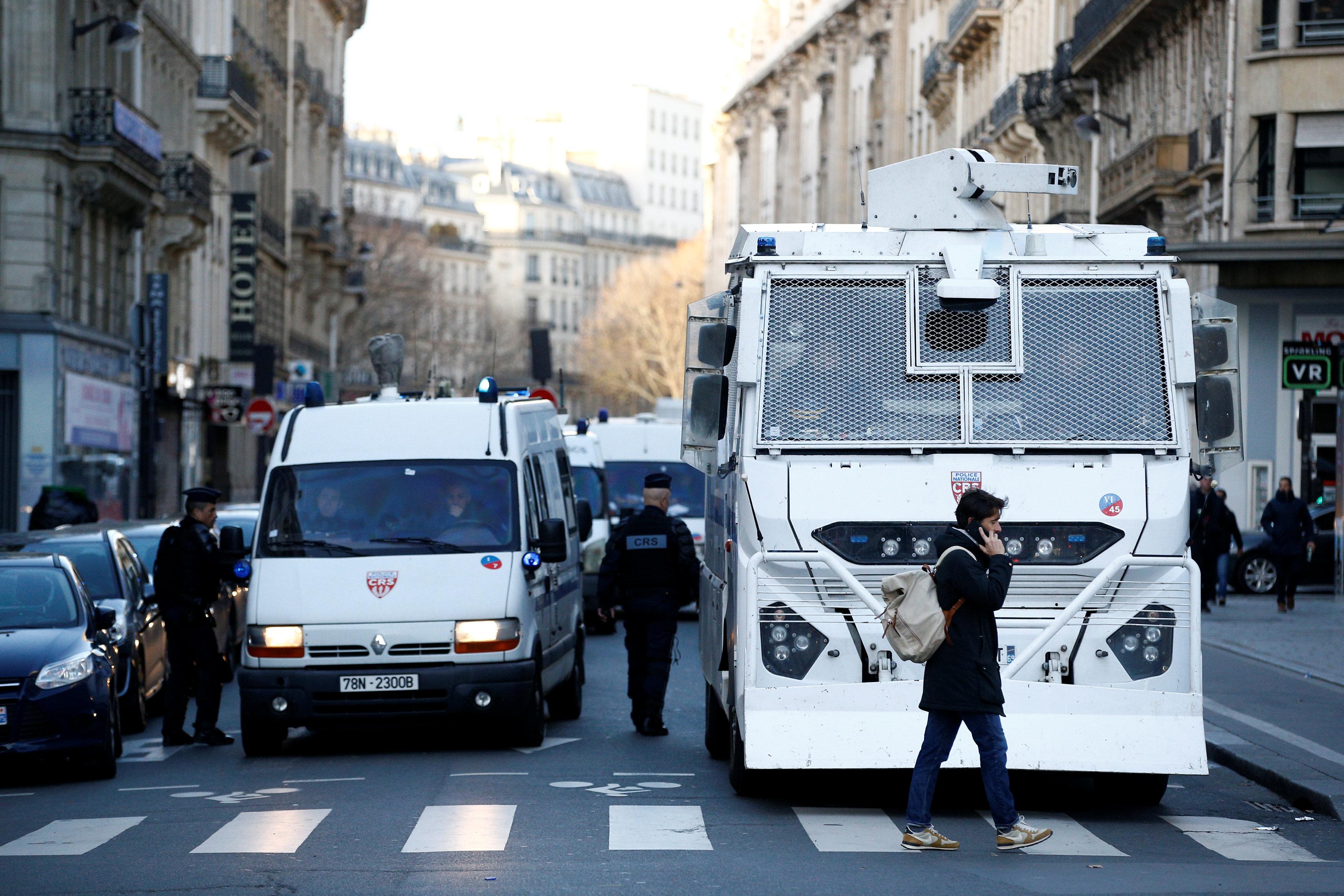 سيارات شرطة مكافحة الشغب