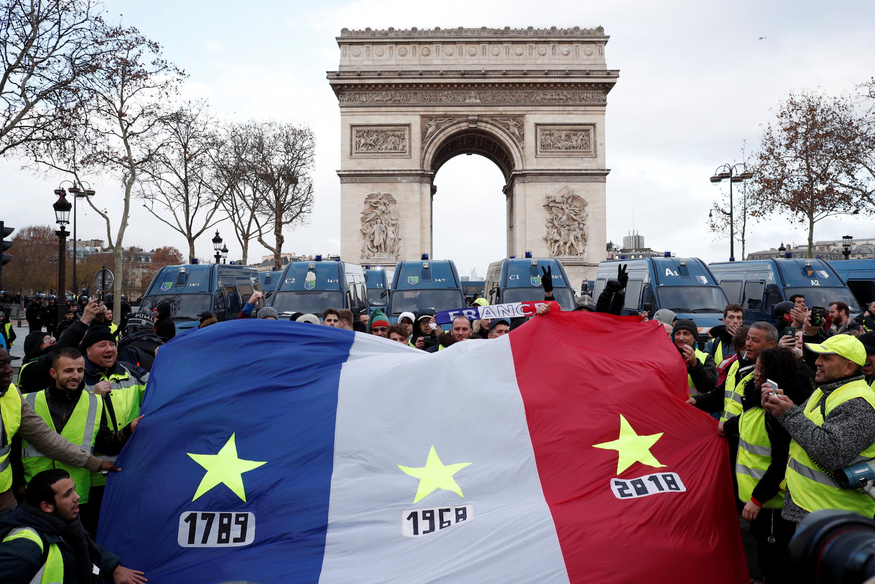 المتظاهرون يرفعون علم فرنسا