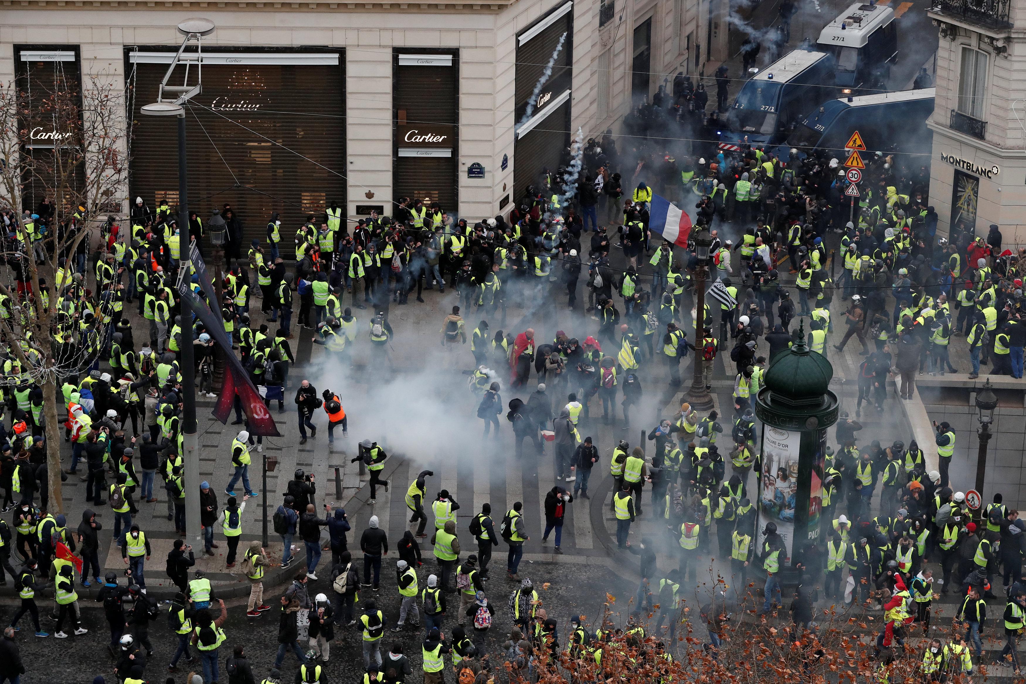 الشرطة الفرنسية تطلق الغز على المتظاهرين