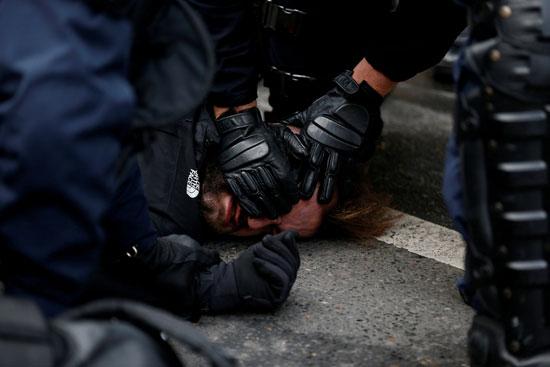 الشرطة-تعتقل-متظاهر