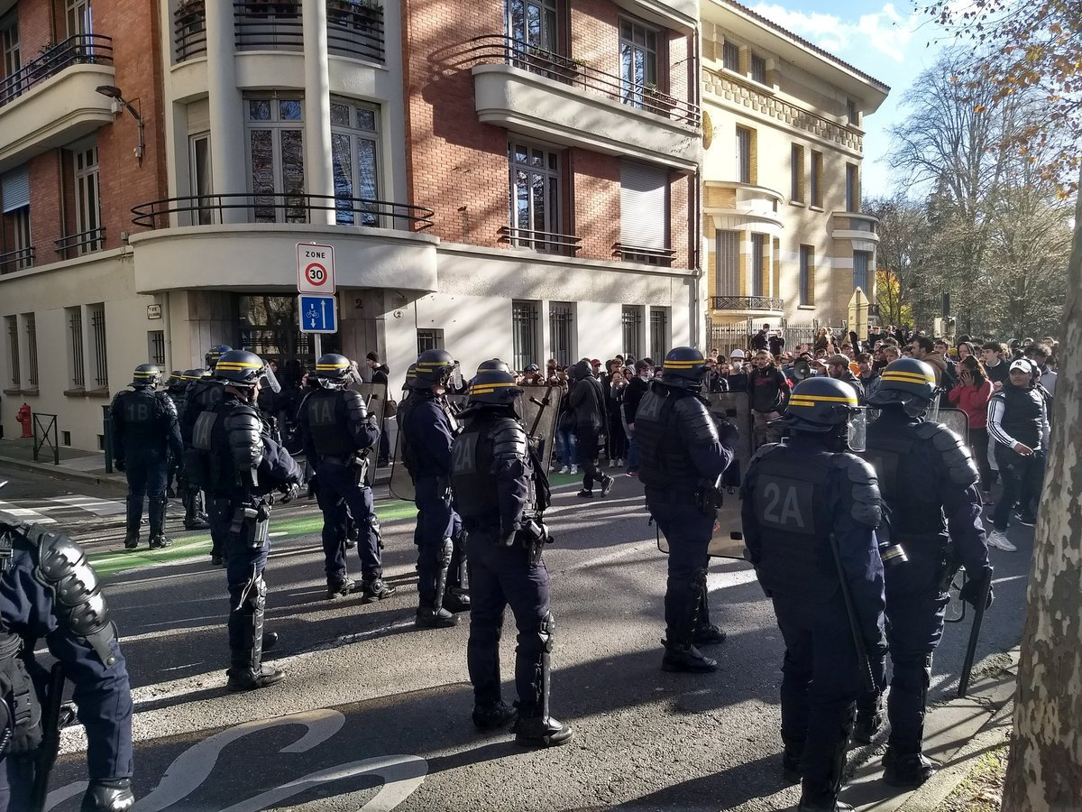 2018-12-07T172421Z_1562660272_RC12D05F3230_RTRMADP_3_FRANCE-PROTESTS