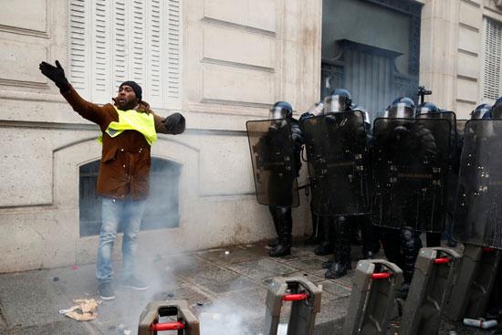 إطلاق-الغاز-المسيل-للدموع