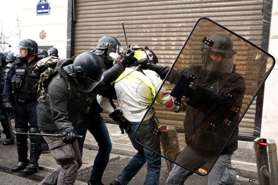الشرطة-الفرنسية-تعتقل-متظاهرا