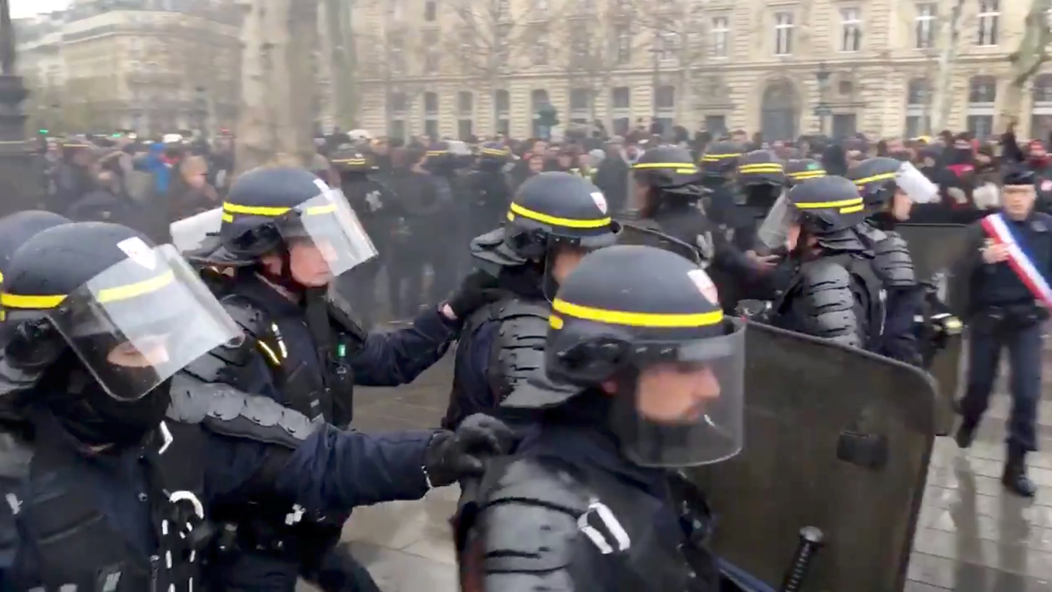 2018-12-07T143627Z_312064232_RC13C5CD3320_RTRMADP_3_FRANCE-PROTESTS