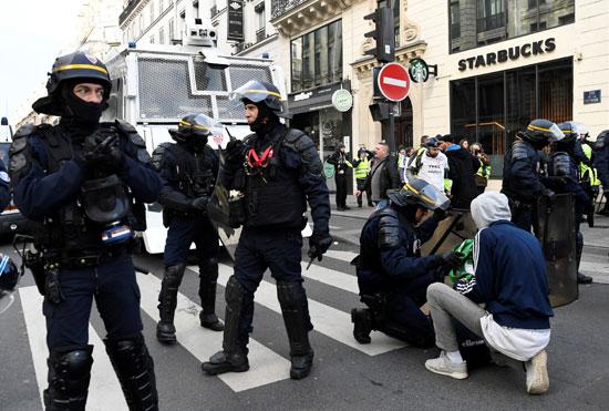 الشرطة-الفرنسية-تفحص-أحد-الحقائب