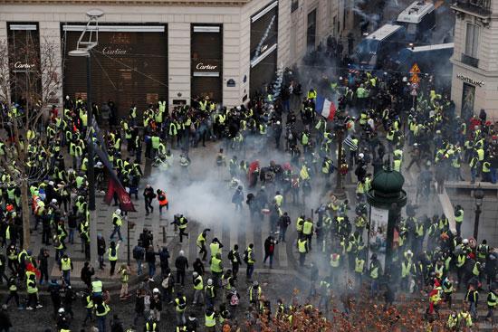 الشرطة-الفرنسية-تطلق-الغز-على-المتظاهرين