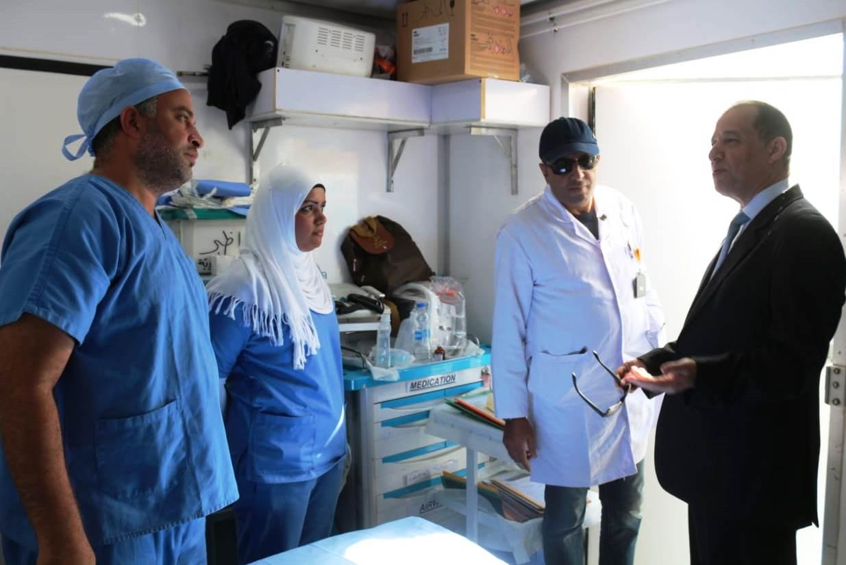 نائب محافظ أسوان يتحدث للأطباء بقافلة الشهيد ساطع النعمانى