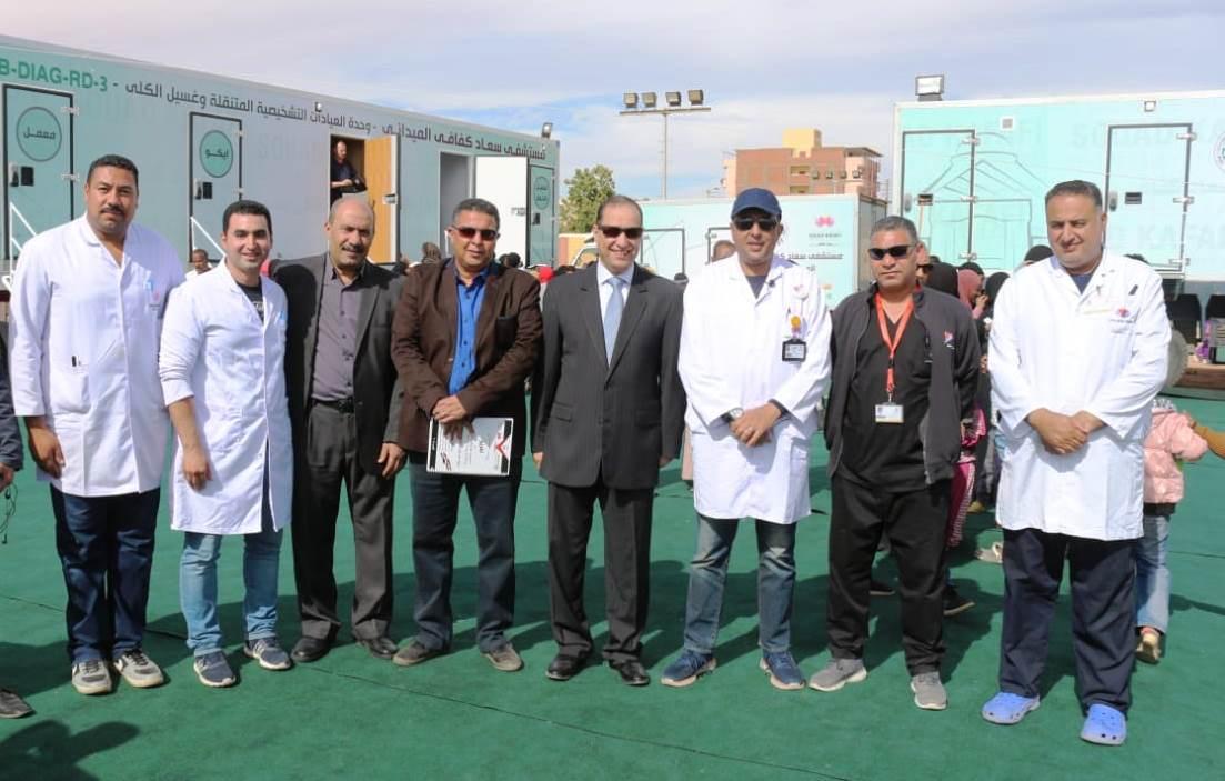 نائب محافظ أسوان مع مدير مستشفى سعاد كفافى والأطباء