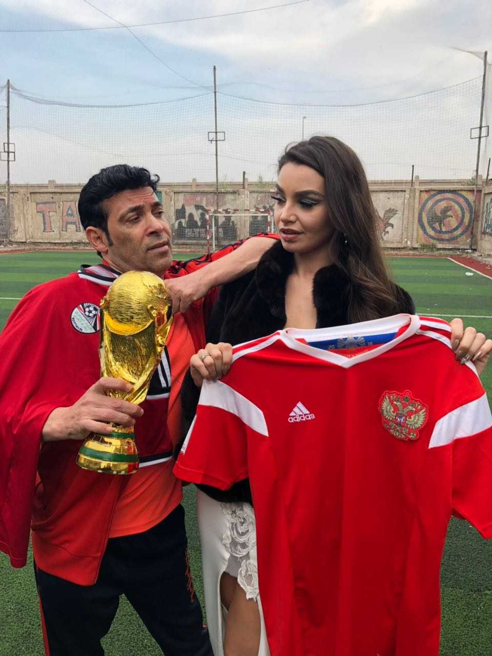 سعد الصغير يحتفل مع الراقصة جواهر بعدم ترحيلها من مصر