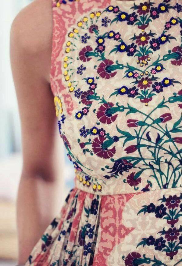 واحد من الفساتين المطرزة
