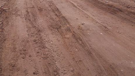الطبقة الطينية تملئ الطريق