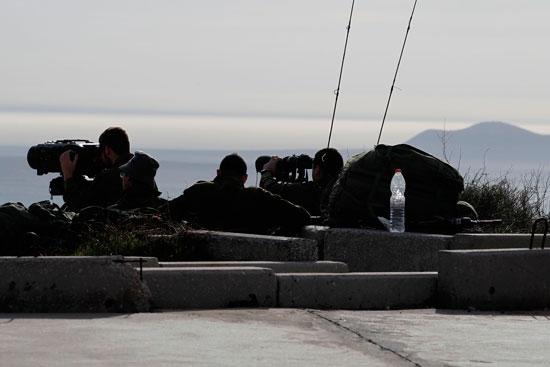 جنود الاحتلال يرصدون تحركات القوات السورية