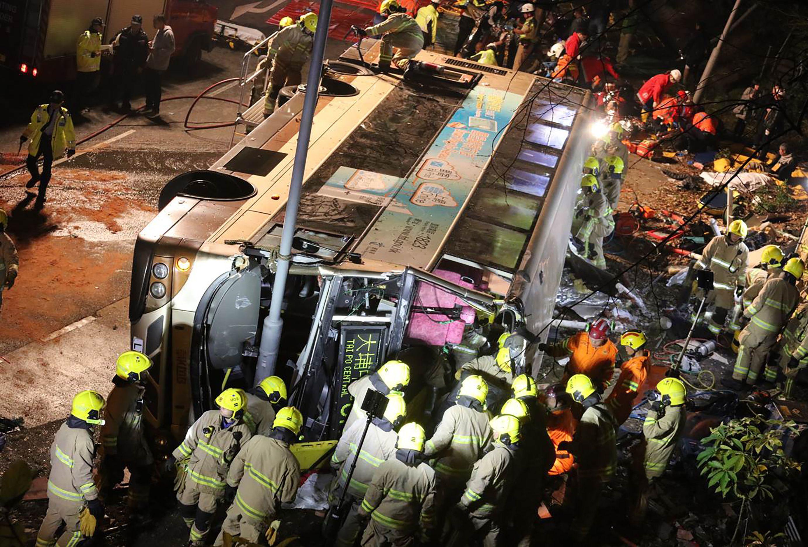جانب من مصرع 19 شخصا وإصابة 40 آخرين فى انقلاب حافلة بهونج كونج