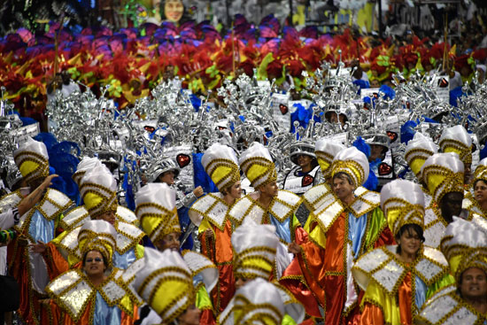 الألوان الزاهية تسود فى أزيار راقصى كرنفال السامبا بالبرازيل